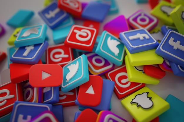 pilha-de-3d-popular-social-media-logos_1379-881